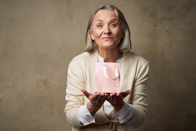 Studio de soins de cadeau de paquet rose émotionnel femme âgée