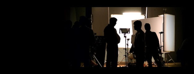 Studio de tournage dans les coulisses des images de silhouette dont l'équipe de tournage travaille pour le tournage de movi