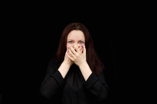 Studio tourné sur un noir d'une femme caucasienne, je ne dis pas que la pose montre.