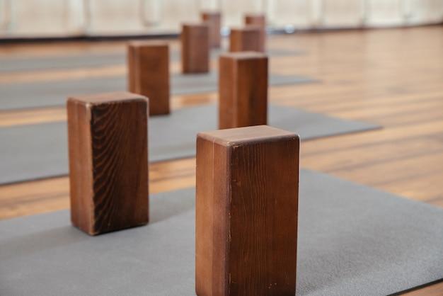 Studio de yoga avec tapis et blocs de mousse