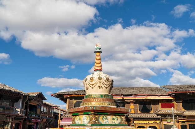 Stupa au marché carré dans la vieille ville de shangri-la, yunnan, china.time lapse