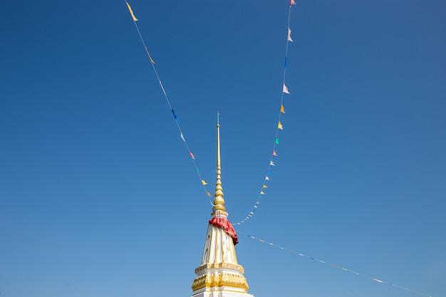 Stupa bouddha blanc avec drapeaux