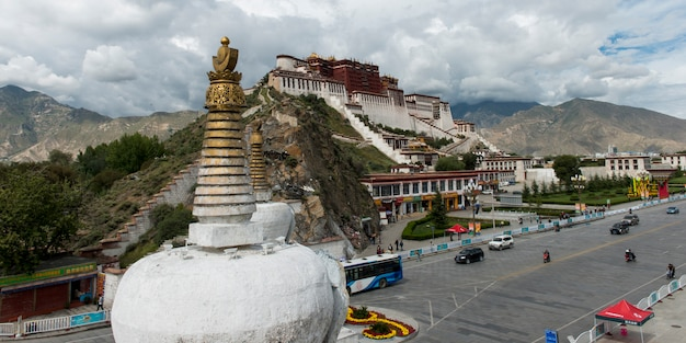 Stupa avec le palais du potala en arrière-plan, lhassa, tibet, chine