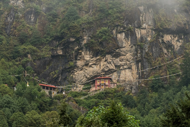 Stupa et temple sur la colline et la montagne verte au népal