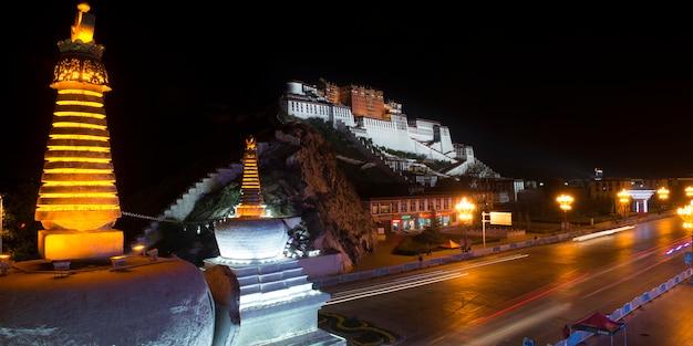 Stupas avec palais du potala dans la nuit, lhassa, tibet, chine