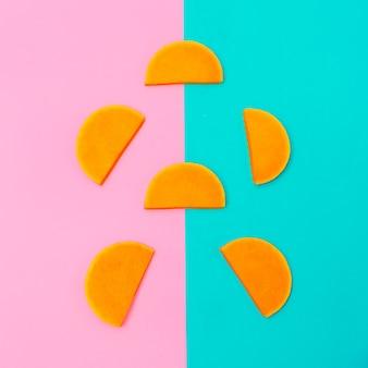 Style d'art minimal de morceaux de citrouille crue végétalienne
