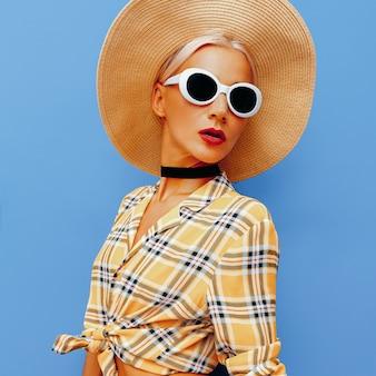 Style champêtre de lady beach. chapeau et lunettes de soleil accessoires de mode