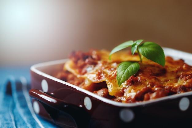 Style de cuisine italienne. assiette de lasagne.