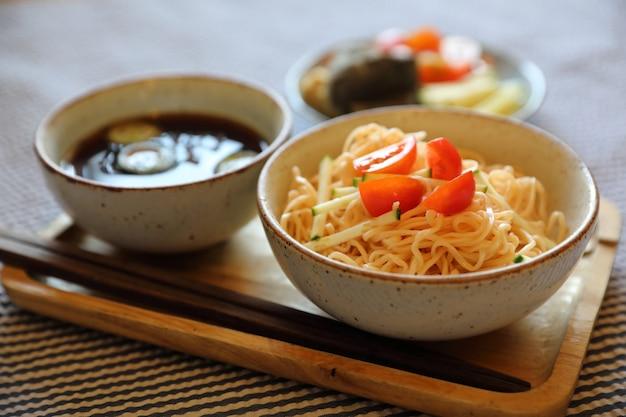 Style de cuisine japonaise nouilles froides