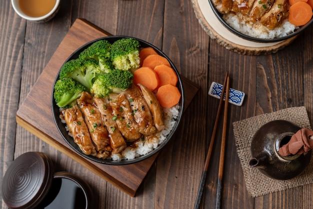 Style de la cuisine japonaise: vue de dessus du poulet teriyaki fait maison grillé avec du riz