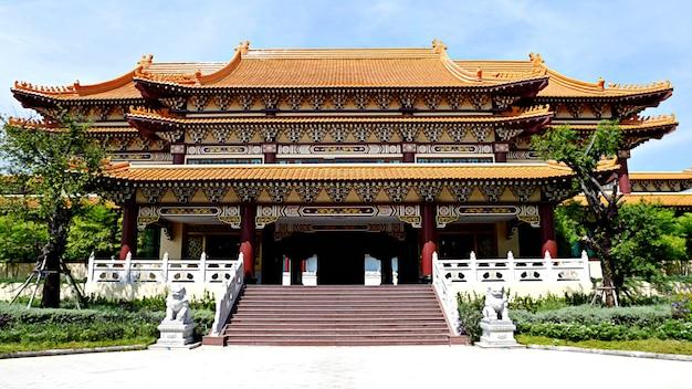 Style de culture de temple de la chine avec le nuage blanc de ciel bleu