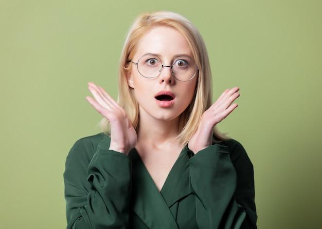 Style femme blonde en cape et lunettes rondes
