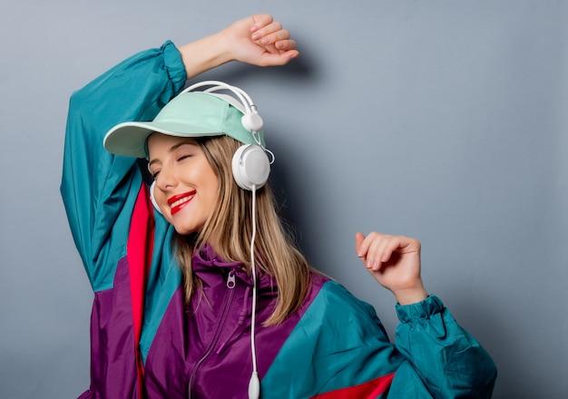 Style femme dans les années 90 style de vêtements avec des écouteurs