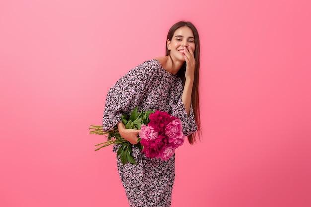 Style de femme sur fond rose