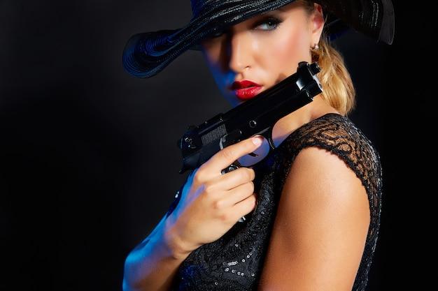 Style de gangster de mode femme avec une arme de poing