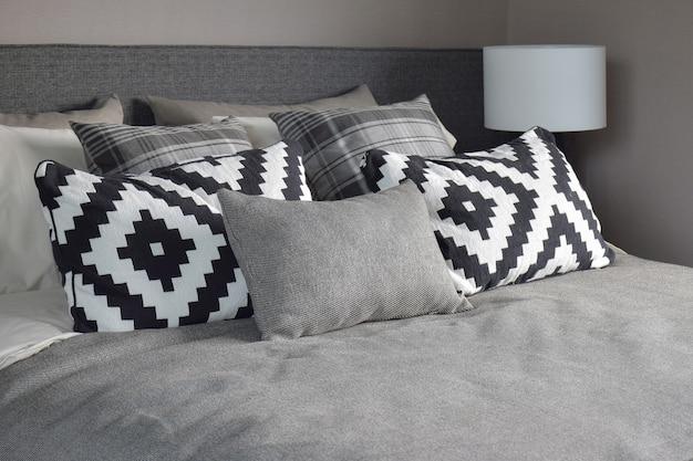 Style graphique et oreillers gris