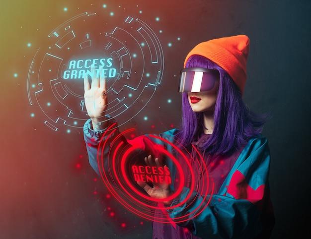Style hacker femme dans des lunettes vr est le piratage