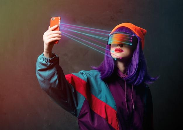 Style hacker femme dans des lunettes vr est avec un téléphone mobile