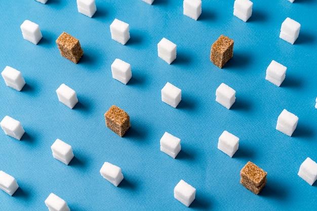Style de minimalisme. cubes de sucre blanc et brun sur bleu