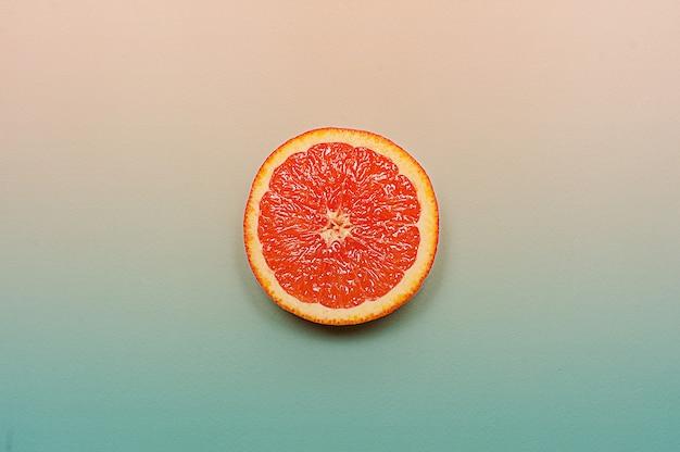 Style minimaliste, mise en page créative orange et pamplemousse sur fond turquoise