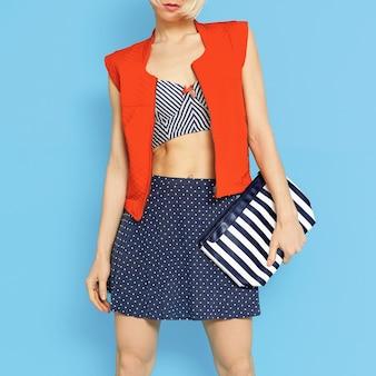 Style de mode marin. dame glamour sur fond bleu.