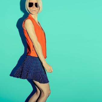 Style de mode à pois. fête de la dame glamour sur fond bleu.
