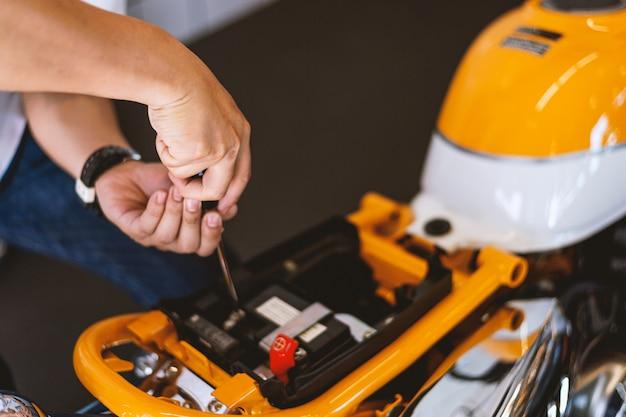 Style de moteur. mécanicien de réparation moto