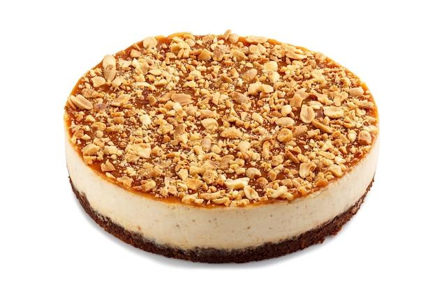 Style de new york entier saupoudré de gâteau au fromage d'arachides isolé