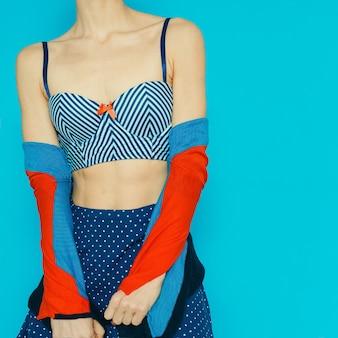 Style polka dot et style marin. dame vintage de mode