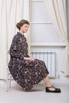 Style rétro. la fille des années 60, vêtements publicitaires, chaussures, piles, systèmes de chauffage