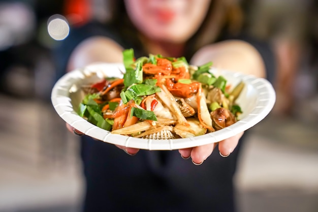 Style de salade épicée thaïlandaise aux trois coquilles lors d'un événement foodtruck.