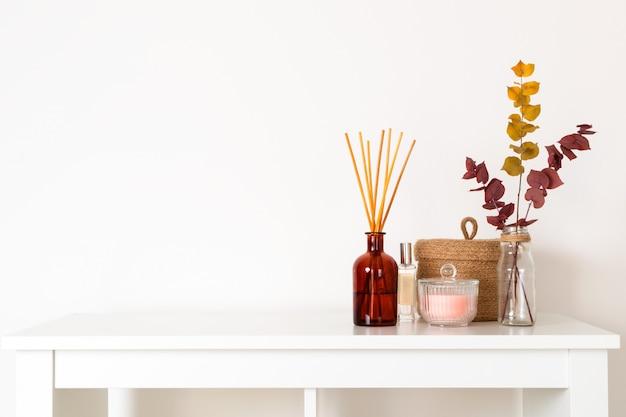 Style scandinave hygge, diffuseur d'arôme intérieur avec bâtons en bois, panier en paille, branches d'eucalyptus séchées