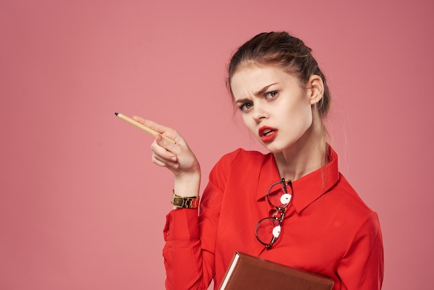 Style strict de fond rose de mode de vie de femme d'affaires. photo de haute qualité