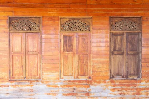 Style thaï des fenêtres en bois de la maison