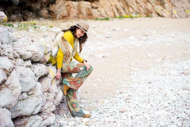 Style de vêtements belle fille asiatique boho en plein air. femme au chapeau. loisirs de plein air.