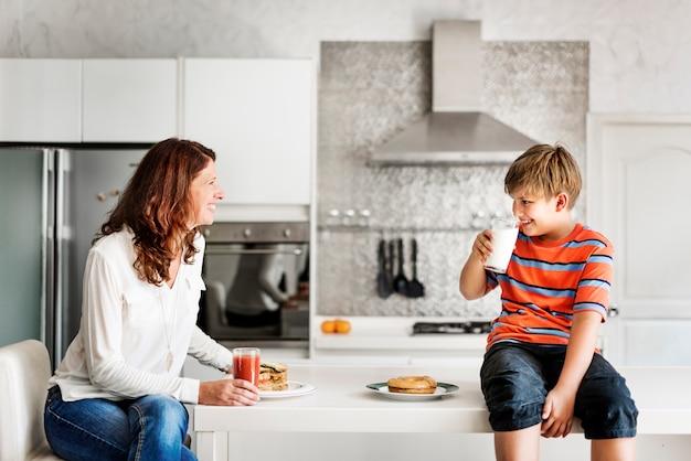 Style de vie quotidien de famille caucasien shoot