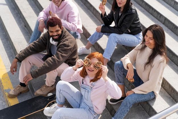 Style de vie en ville avec des amis heureux