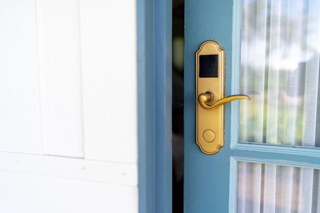 Style vingate en verre en bois bleu avec serrure de porte numérique