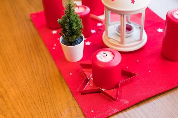 Style vintage, décoration de table de noël.composition d'hiver confortable avec bougies, lanterne sur bois