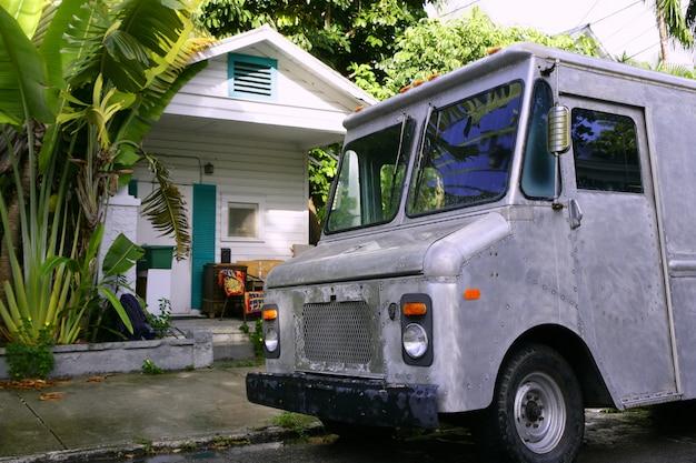Style vintage rétro de van gris dans la maison tropicale des florida keys