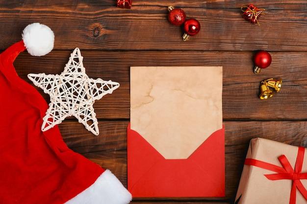 Style vintage vide l'enveloppe de la liste de souhaits du père noël. jouets de noël sur bois