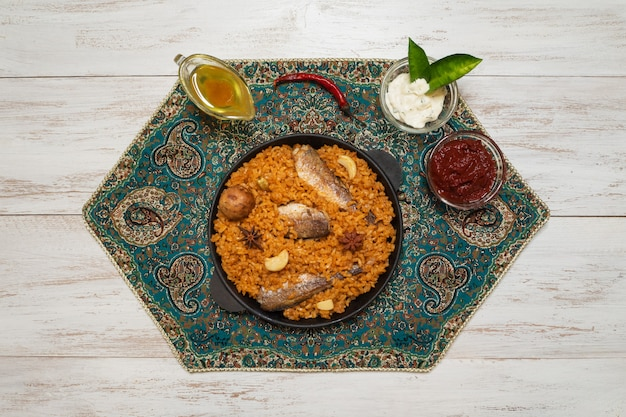 Style yéménite siadeah - poisson kabsa. plats de riz mélangés originaires du yémen. cuisine du moyen-orient.