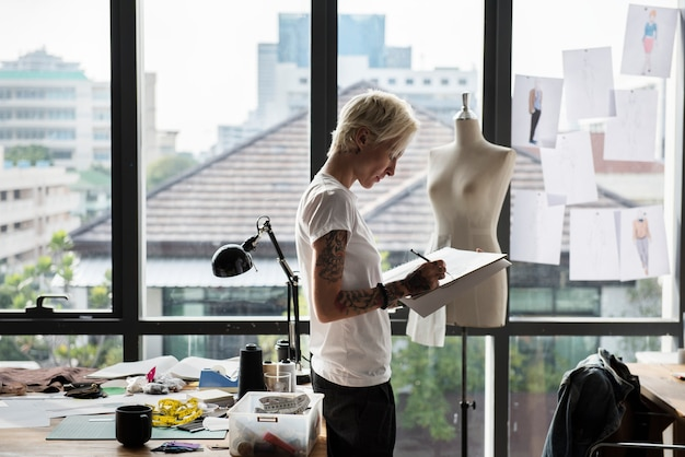 Styliste de dessin, travaillant dans un studio