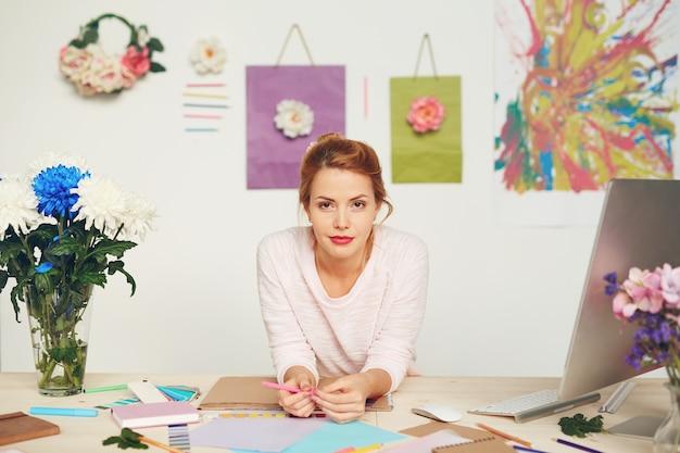 Styliste de mode dans un studio moderne
