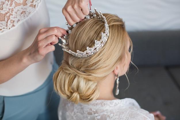 Le styliste porte la mariée couronne