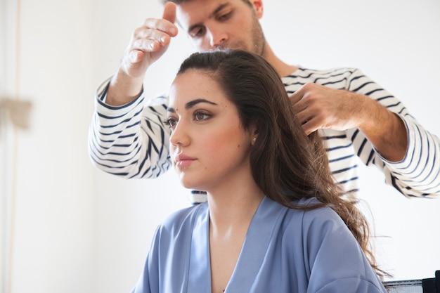 Styliste professionnel faisant une séance de maquillage