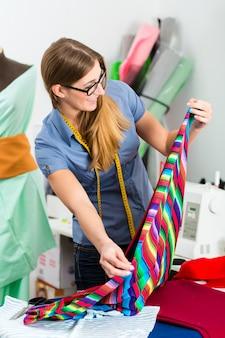 Styliste ou tailleur travaillant en studio