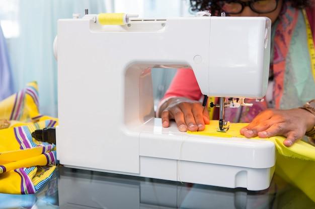 Styliste utilisant une machine à coudre