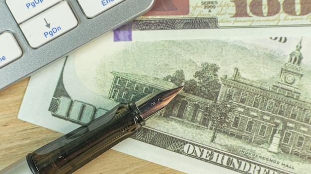 Stylo d'argent sur la table en bois pour le contenu de l'entreprise.