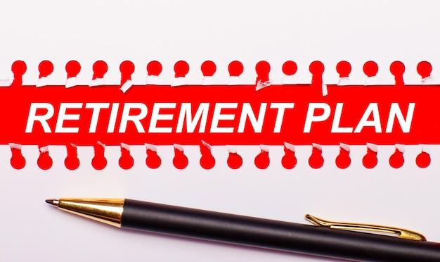 Stylo et bande de papier déchiré blanc sur fond rouge vif avec le texte plan de retraite